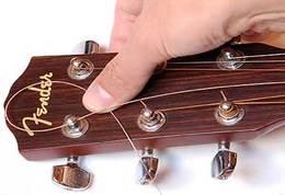 gitár húrcsere második lépése