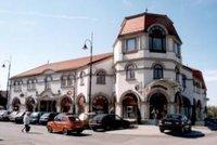 A Fő téri üzletház, a könyvtár otthona.